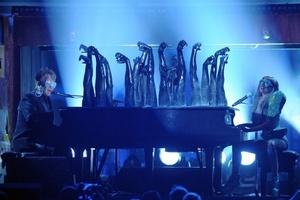 С Елтън Джон на Грами 2010