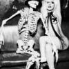 Lady Gaga - чернобяла снимка със скелет